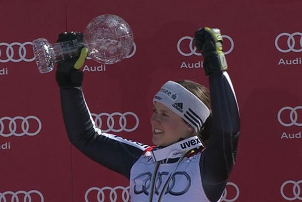 Viktoria Rebensburg mit der Riesenslalom Weltcupkugel
