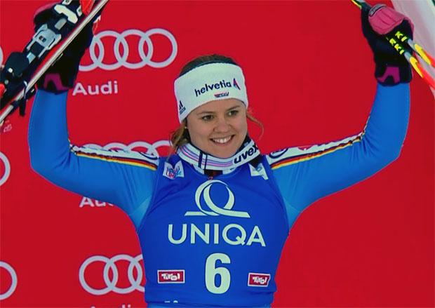 Viktoria Rebensburg freut sich über das erste Saison-Podest