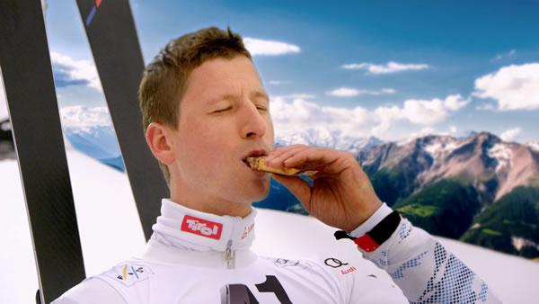 © SPAR / In dem TV-Spot macht Hannes Reichelt das, was Mirjam Weichselbraun normalerweise tut: Er genießt die Natur mit SPAR Natur*pur.