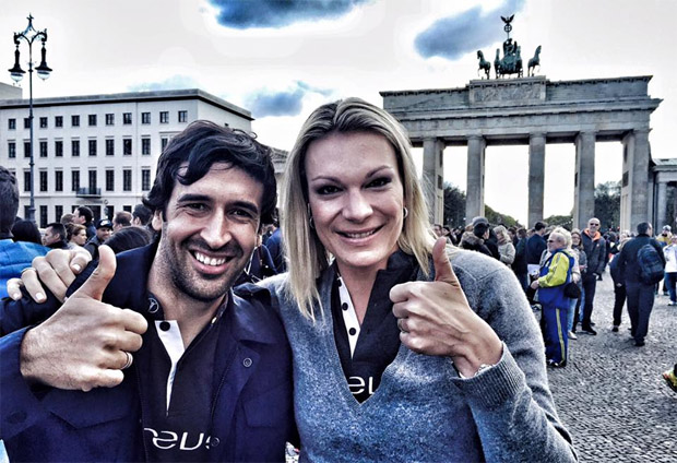 Mit Raúl vorm Brandenburger Tor. Der sympathische Fußballer und ich sind am Sonntag zu Laureus Academy Member ernannt worden - eine große Ehre. (©  Maria Höfl-Riesch / facebook)