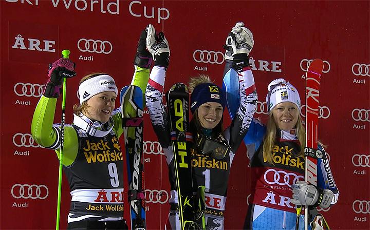 Erneut in der Mitte des Siegerfotos: Anna Fenninger.