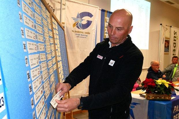 © saslong.org / FIS Renndirektor Markus Waldner bei der Startnummervergabe