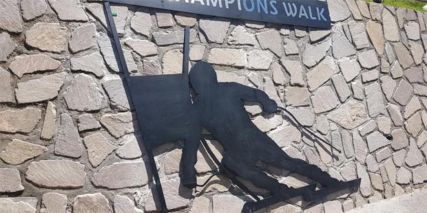 © saslong.org  / Saslong News: Ski Champions Walk in Wolkenstein
