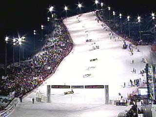 Bis zu 50.000 Zuschauer strömen an die Strecke und verwandeln das Weltcup-Rennen zu einem spektakulären Event der Extraklasse.
