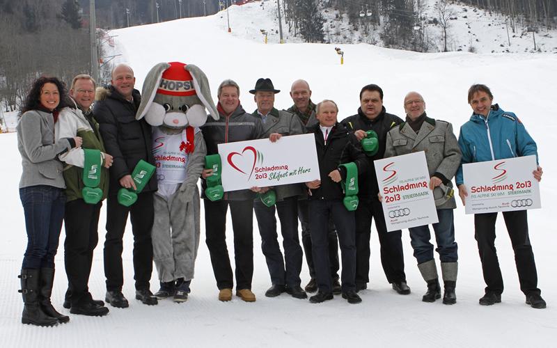 © Herbert Raffalt; v. l. n. r.: Mag. Sulzenbacher (Landentwicklung Steiermark), Bgm. Danklmaier (Aich), Bgm. DI Trinker (Rohrmoos), Maskottchen Hopsi, Bgm. Angerer (Ramsau), Bgm. Spielbichler (Pichl-Preunegg), Bgm. Winter (Schladming), Bgm. Reinbacher (Gössenberg), Vbgm. Knapp (Haus), KR Baier (Schladming 2030), Mag. Zitz (ÖSV – Direktor Organisation WM 2013)