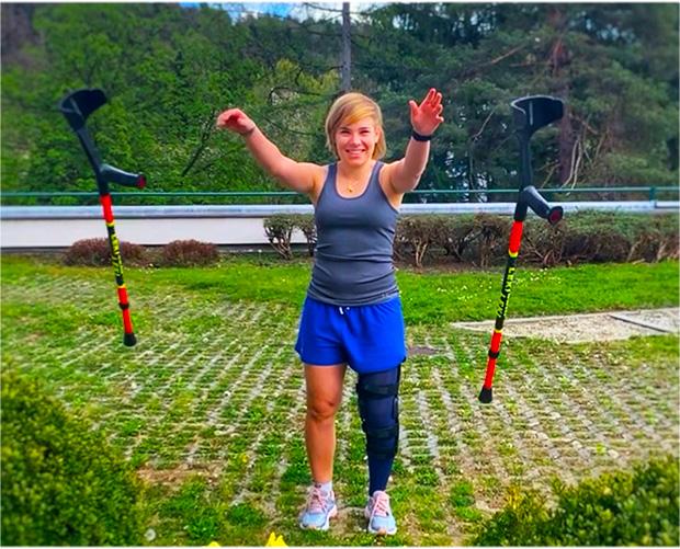 Nicole Schmidhofer wirft die Krücken weg (Foto: Nicole Schmidhofer / Facebook)