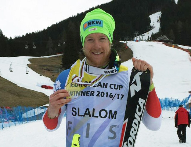© swiss-ski.ch / Reto Schmidiger mit seiner Medaille zum Gewinn der Europacup Slalomwertung.