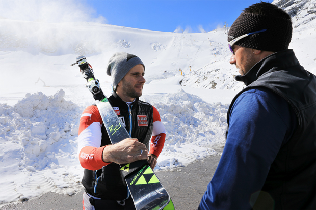 ÖSV-Skirennläufer Philipp Schörghofer (l.) im Gespräch mit Söldens Weltcup-Pistenchef Isi Grüner. (Foto: Ötztal Tourismus / Ernst Lorenzi)