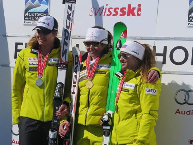 © swiss-ski.ch  /  Das Abfahrtspodest der Frauen: Corinne Suter (mitte) gewinnt vor Nadja Jnglin-Kamer (links) und Joana Hählen (rechts).