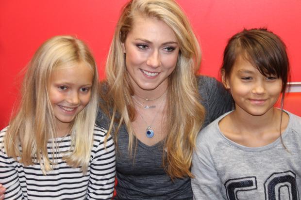Mikaela Shiffrin nimmt sich auch gerne Zeit für ihre jungen Fans (Foto: Skiweltcup.TV / Walter Schmid)