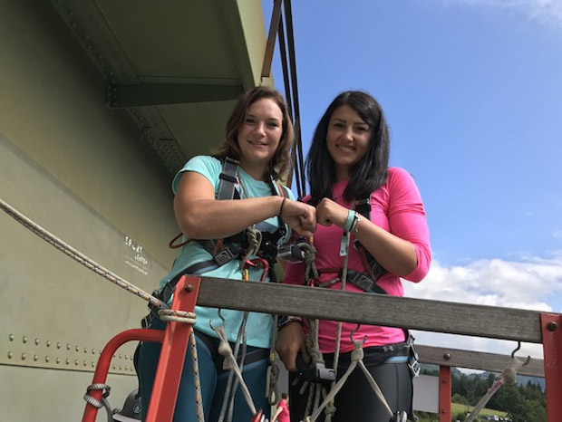 Ramona Siebenhofer und Stephanie Venier vor ihrem 96 Meter Sprung in die Tiefe. (Foto: ÖSV)