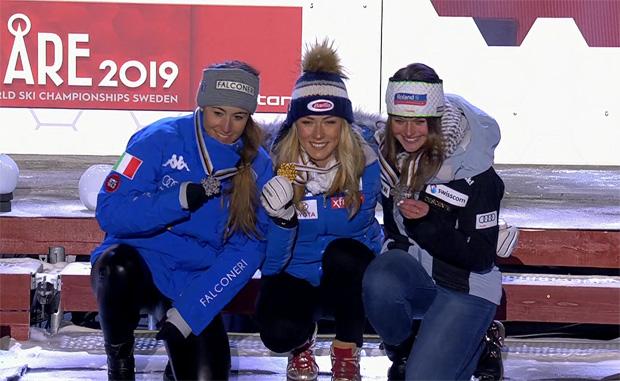 Sofia Goggia, Mikaela Shiffrin und Corinne Suter nach der Siegerehrung auf dem Medals Plaza