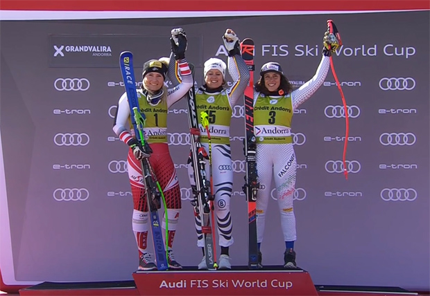 amara Tippler (li.) wurde hinter Viktoria Rebensburg (mi.) Zweite. Brignone landet auf Platz drei.
