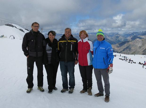 Im Sommer auf der Skipiste Armin Hölzl, Astrid Pichler, Karl Heinz Tschenett, LRin Martha Stocker und Gustav Tschenett (FOTO LPA).