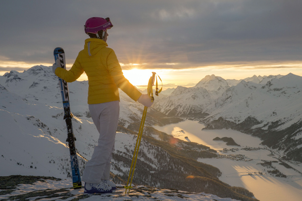 Eine Skifahrerin genießt im Skigebiet Corvatsch die Aussicht auf den zugefrorenen Silsersee und Silvaplanersee in der Abendsonne. (© by ENGADIN St. Moritz By-line:swiss-image.ch/Christof Sonderegger)