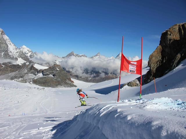 Foto: Res Gnos  /  Dank einem eingebauten Sprung erhielten die potenziellen Kandidatinnen für das Swisscom Junior Team 2014 die Gelegenheit, an ihrer Sprungtechnik zu feilen.