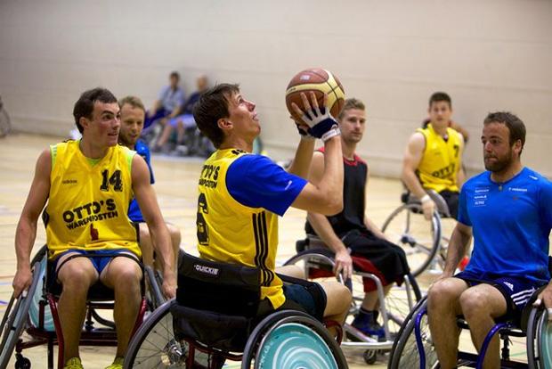 © swiss-ski.ch / Basketball ohne den Gebrauch der Beine. Ausgesprochen anspruchsvoll und ohne ein gewaltiges Umdenken und Anpassen der Bewegungsabläufe gar nicht möglich.
