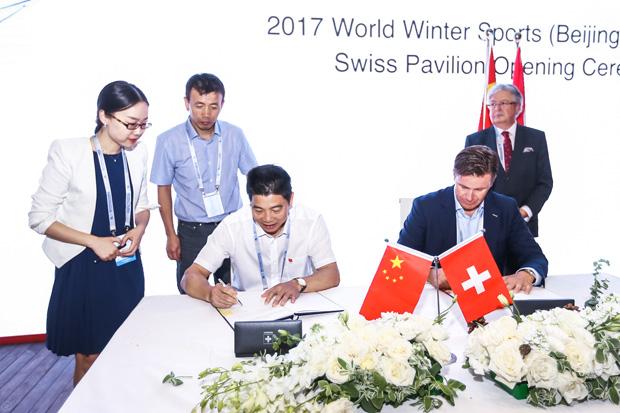 Urs Lehmann, Präsident Swiss-Ski und Chen Yingbiao (Vice President) Chinese Ski Association (CSA) unterzeichnen eine Absichtserklärung (Foto: Swiss-Ski.ch)