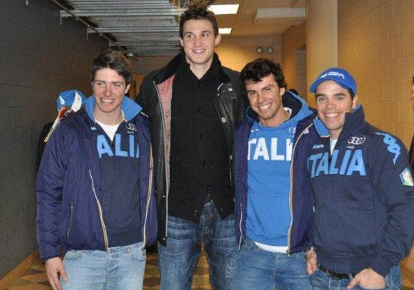 Danilo Gallinari posierte nach dem Spiel mit den Skiassen (Foto FISI)