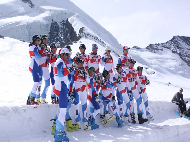 Foto: Swiss-Ski: Die Athlet/innen auf dem Allalingletscher beim Shooting für Rivella