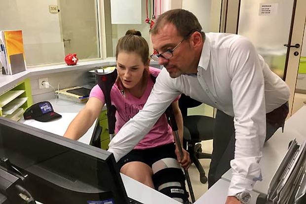 Die Kärntnerin Carmen Thalmann mit dem behandelnden Arzt Christian Fink. (Foto: ÖSV)