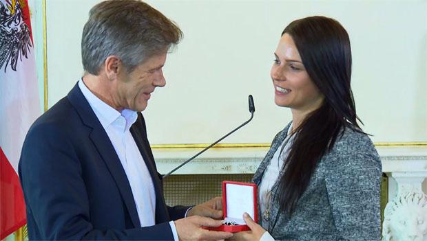 Großes Ehrenzeichen für eine große Sportlerin: Anna Veith zu Tränen gerührt