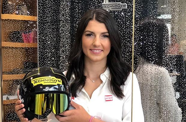 Stephanie Venier mit dem neuen Kopfsponsor Technogym (Foto: © Stephanie Venier / Facebook)