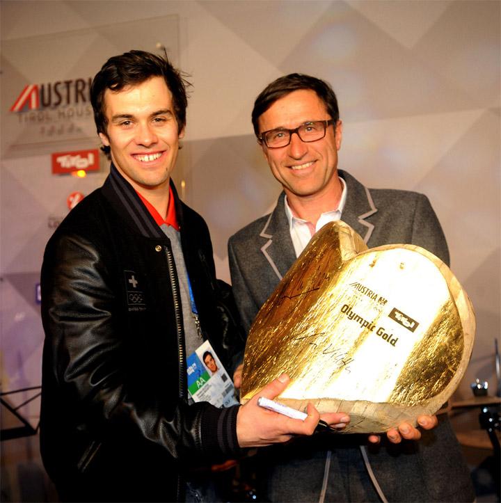 Der Schweizer Olympiasieger in der Super-Kombination, Sandro Viletta, erhielt von Tirol Werbung- Geschäftsführer Josef Margreiter das Goldene Herz der Gastfreundschaft.  Foto: Tirol Werbung/Spiess