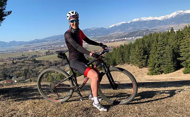 Petra Vlhová spult mit dem Mountainbike Trainingskilometer ab (Foto: © Petra Vlhová / Instagram)
