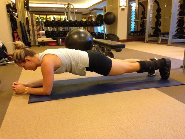 Lindsey Vonn beim Training mit einer Spezialschiene (Foto: facebook.com/LindseyVonnUSA)