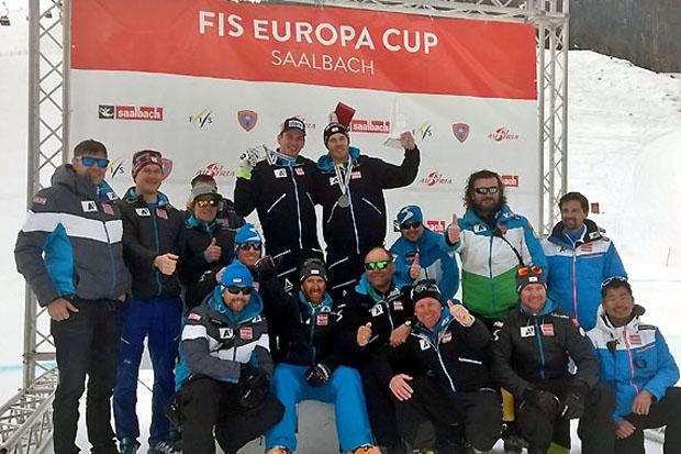 Das ÖSV-Team freut sich mit Christian Walder und Frederic Berthold, die sich ein fixes Abfahrtsticket für die kommende Weltcupsaison sichern konnten. (Foto: ÖSV)