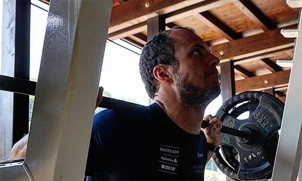 Ralph Weber stemmt fleißig Gewichte (© Ralph Weber / Facebook)