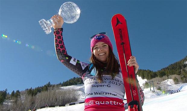 Tina Weirather freut sich über kleine Super-G-Kugel