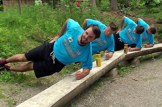 """© ÖSV / """"Ohne Fleiß kein Preis"""": Die Speed-Youngsters bei Stabilistaionsübungen für die Rumpfmuskulatur."""
