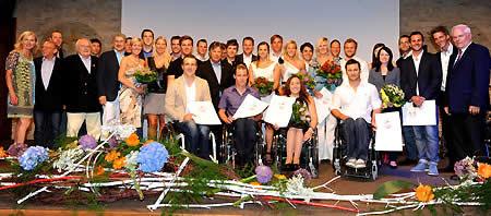Gruppenfoto mit den ausgezeichneten Aktiven und verabschiedeten SportlerInnen des ÖSV. (Foto: Erich Spiess)