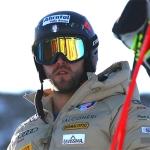 Simon Maurberger schnallt sich im Schnalstal die Skier an