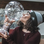 Federica Brignone präsentiert stolz ihre große Gesamtweltcup-Kugel
