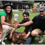 Tierfreundin Sofia Goggia freut sich über ihr kleines Kälbchen Ambrosi