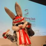 """Maskottchen """"Hopsi"""" freut sich auf die WM in Schladming und alle freuen sich mit"""