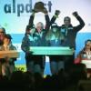 Das Swiss-Ski-Team freut sich bei Junioren-WM über Gold beim Teambewerb
