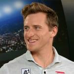 Matthias Mayer plant mit Baumstammstemmen WM-Medaille