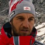 ÖSV-Damencheftrainer Christian Mitter streut seinen Speeddamen Rosen