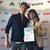 Große Ehre: Felix Neureuther schenkt Martha Schultz sein erstes Kinderbuch