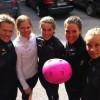 Schwedische Skifahrerinnen unterstützen Brustkrebspatientinnen